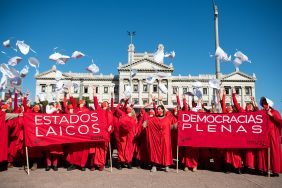 20200528 /URUGUAY / MONTEVIDEO / Intervención feminista en el Palacio Legislativo por el Día Internacional por la Salud de las Mujeres, convocado por MYSU (Mujer y Sociedad de Uruguay).  En la foto: Intervención feminista por el Día Internacional por la Salud de las Mujeres, en el Palacio Legislativo. Foto: Santiago Mazzarovich / adhocFOTOS
